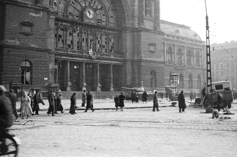 1956. Baross tér, Keleti pályaudvar - Fotó: Fortepan
